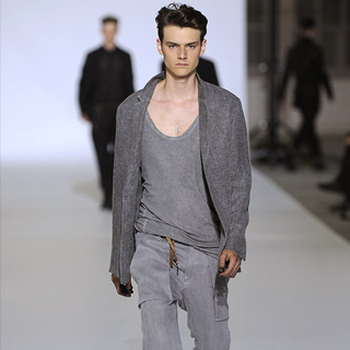 Collection Homme Printemps/Eté 2011 d'un belge dont on s'arrache les vêtements.