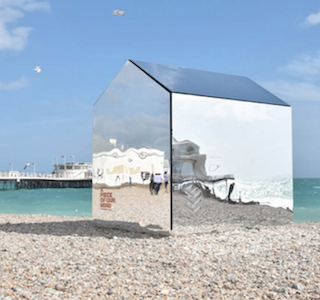 DESIGN : A mirrored beach hut