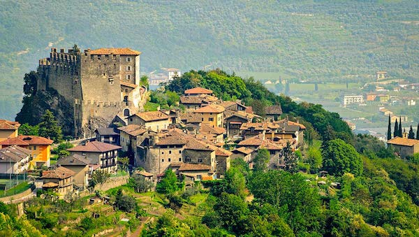 best-small-towns-in-northern-italy-Tenno