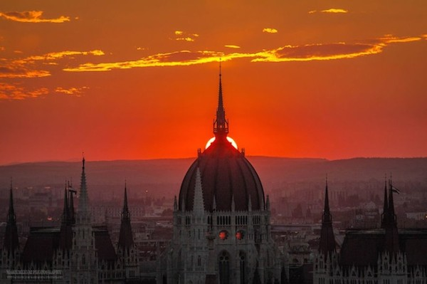 Burning_Lights_Sunrises_and_Sunsets_Over_Budapests_Skyline_by_Mark_Mervai_2016_07-768x511