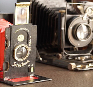 HIGH-TECH : 'Retro' Folding Polaroid Camera